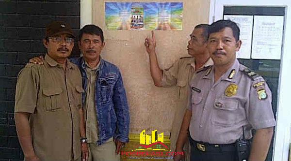 Penempelan brosur penerimaan anggota Polri 2016 di kantor-kantor desa dan ditempat-tempat keramaian di wilayah hukum Polsek Tambelang[YAN]