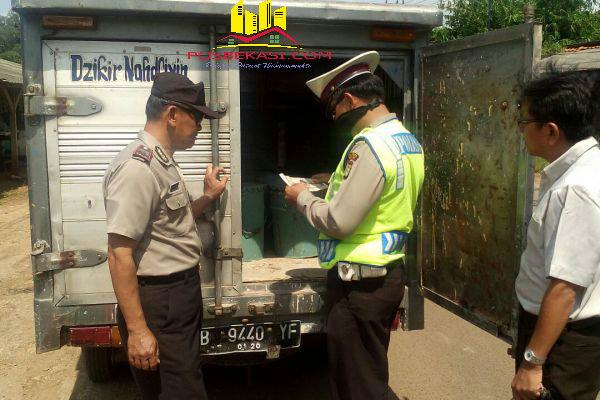 Anggota Polsek Setu melakukan pengecekan barang-barang bawaan mobil box pada oeprasi Cipkon.[BES]