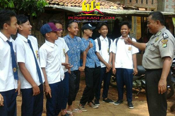 Binmaspol Desa Muktijaya, Bripka Cartawan, memberi nasehat pada murid SMP yang kedapatan membolos.[BES]