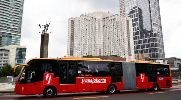 TransJakarta melintas di Bundaran HI, Jakarta.[DOK]