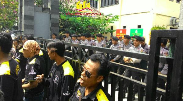 Masa GMBI demo didepan Gedung Kejari Cikarang meminta seret para Kades korupsi Rutilahu, Kamis (12/5/2016).[YAN]