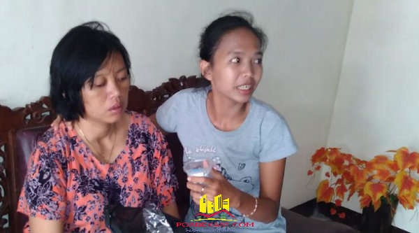 Suci Rahayu yang mengalami depresi didampingi putrinya setelah diserahkan Binmaspol Desa Burangkeng Bripka Hari Cahyono.[IDH]