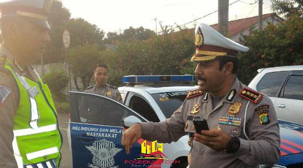 Dirlantas Polda Metro Kombes Pol Syamsul Bahri saat memberi pengarahan pada personil yang bertugas di Posko Rest Area KM19 Tambun.[YAN]