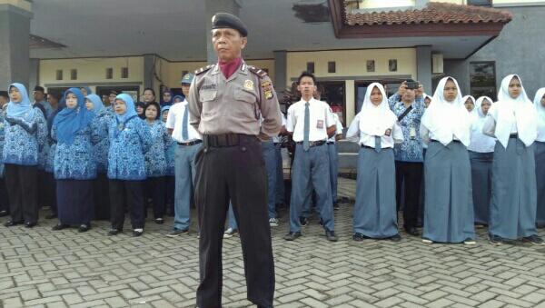 Komandan Upacara Harkitnas, Kanit Shabara Polsek Setu, Ipda Herunanto, di Halaman Kantor Kecamatan Setu, Kabupaten Bekasi, Jumat (20.5/2016).[RAD]