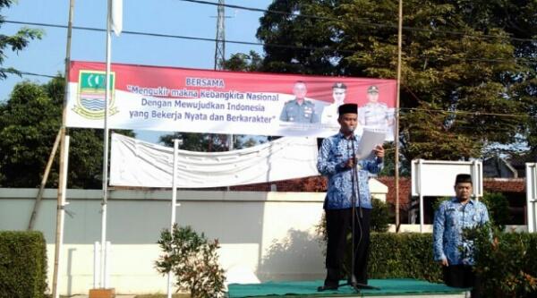 Camat Setu, Adeng Hudaya, membacakan amant Menkomenko Info Rudiantara pada Harkitnas ke 108 digelar di Halaman Kantor Kecamatan Setu, Kabupaten Bekasi, Jumat (20.5/2016).[RAD]