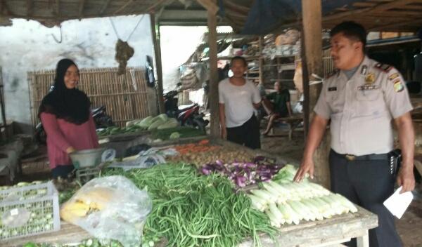 Anggota Polsek Setu sambang pasar di Pasar Serang Taman Rahayu, Setu, Kabupaten Bekas, Sabtu (21/5/2016).[RAD]