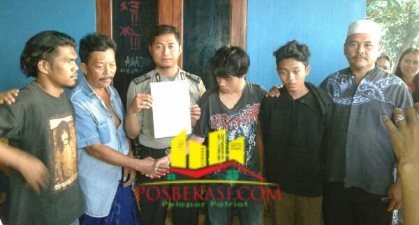 Anggota Polsek Setu memegang surat perjanjian tidak mengulangi pencurian oleh dua pelaku.[SOF]
