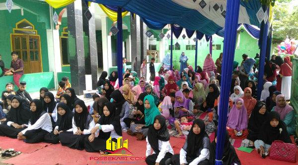 Kaum remaja putri dan ibu saat menghadiri peringatan Isra Miraja di Masjid Jami Nurussalamah, Kampung Awirarangan RT03/03, Desa Tamansari.[IDH]