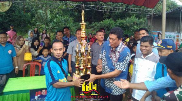 H Romli menyerahkan piala pada Tim RGM sebagai juara kedua piala Ragemanunggal Cup 2016 dilapangan bola Desa Ragemanungal Setu, Kabupaten Bekasi, Minggu (22/5/2016).[RAD]