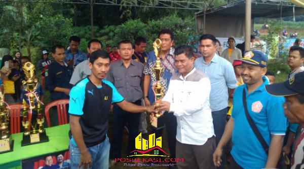 Kades Ragemanunggal Dadang Sopyan menyerahkan piala pada Fajar FC Cileungsi sebagai juara ketiga piala Ragemanunggal Cup 2016 dilapangan bola Desa Ragemanungal Setu, Kabupaten Bekasi, Minggu (22/5/2016).[RAD]