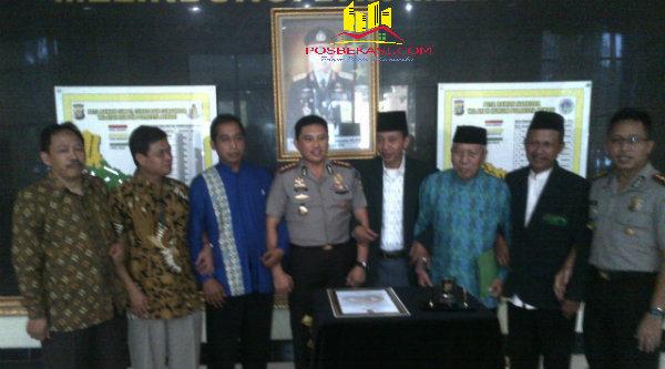 Kapolresta Bekasi  Kombe Pol M. Awal Chairudin dan para tokoh agama usai melakukan penandatanganan Kamtibmas selam selama Bulan Ramadhan 1437 H.[YAN]