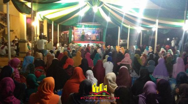 Suasana peringatan Isra Miraj Nabi Muhammad SAW di Masjid Jami Al Istiqomah Kampung Cinyosog, Desa Burangkeng, Sabtu (14/5/2016) malam.[YAN]