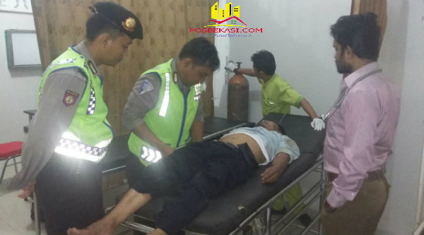 Anggota patroli mobil Polsek Setu membawa Madi Sumadi ke RS Aprilia.[MET]