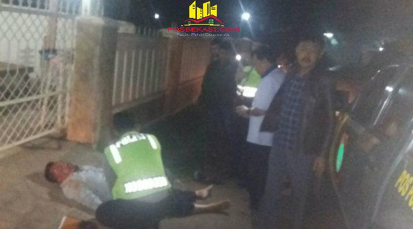 Anggota patroli mobil Polsek Setu menemukan Madi Sumadi tergeletak tak sadarkan diri di jalan akibat jatuh sepulang menegak miras .[MET]