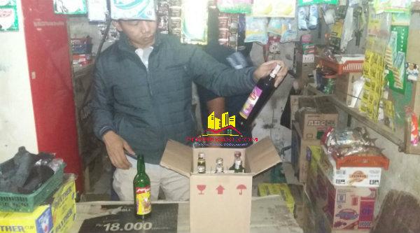 Jajaran Reskrim Polsek Setu saat melakukan operasi miras di toko kelontong Desa Ciledug, Sabtu (21/5/2016) malam.[YAN]