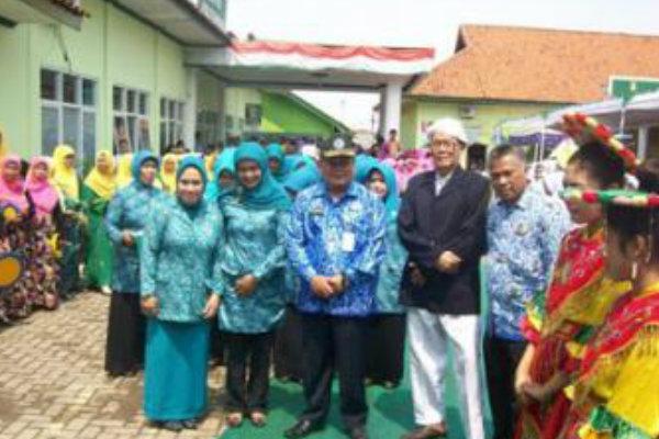 Kepala BPMPD Kabupaten Bekasi, Sugiyana, saat mengumumkan desa terbaik se Kabupaten.[Ist]