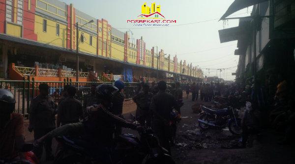 Satpol PP melakukan operasi di Pasar Baru Juanda Kota Bekasi.[IST]