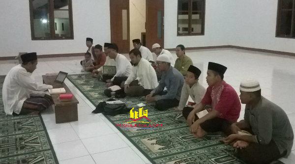 Ustadz H Mohamad Subhansyah saat memberi taushiyah pada peserta Mabit yang di gelar di Masjid Khulafaur Rasyidin, Yayasan Pondok Pesantren Al Marhamah, pada Sabtu (21/5/2016) malam sampai Minggu (22/5/2016) pagi.[RAD]