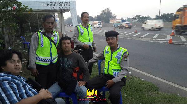 Situasi lalu lintas lancar di Tol Jakarta - CIkampek, personil yang bertugas di Rest Area KM19 Tambun menyempatkan diri untuk beristirahat.[YAN]