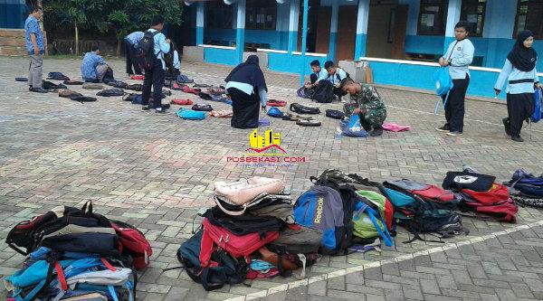 Hari terakhir UN SMP di Setu, polisi merazia tas bawaan pelajar.[IDH]