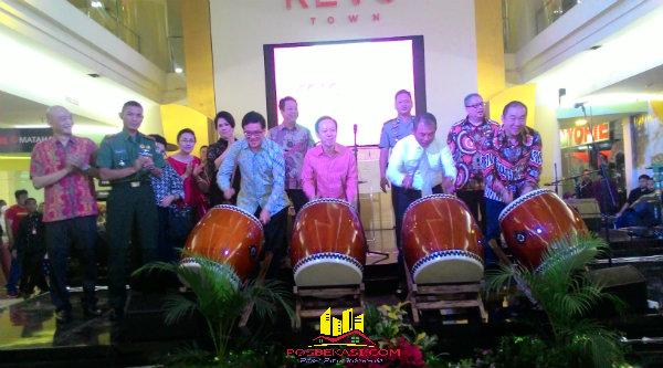 Walikota Bekasi Rahmat Effendi meresmikan peragntian nama Bekasi Square menjadi Revo Town.[IST]