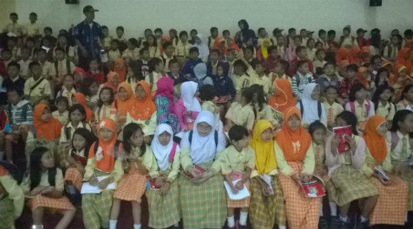 Para murid SDN Padurenan I saat menyaksikan film G30/S PKI di Museum Pancasila Sakti.[IST]