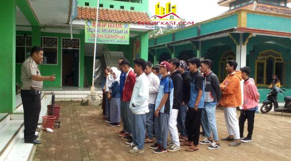 Kanit Patroli Ipda Herunanto memberi himbuan pada murid agar tidak kebut-kebutan sepulang sekolah.[IDH]