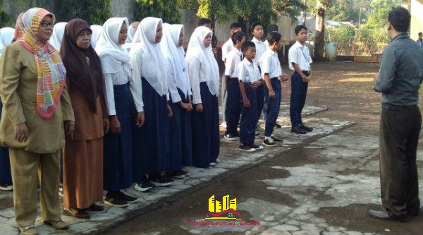Para siswa SMP PGRI Setu sebelum mengikuti UN hari pertama lebih dahulu mendapat pengarahan teknis dan tata tertib selama UN berlangsung dari guru.[IDH]