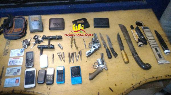 Senjata api, senjata tajam dan alat untuk mencuri kenderaan yang disita dari komplotan curanmor.[IST]