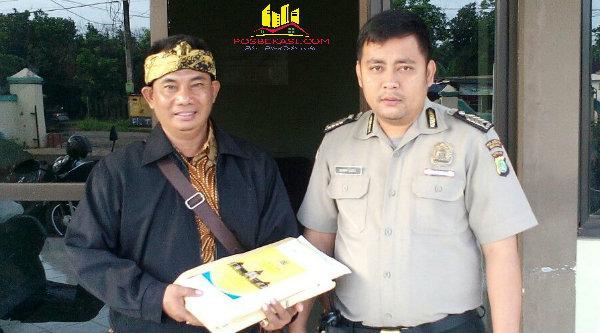 Binmaspol Desa Tamansari Bripka Derri Ludvi mengawal naskah UN SD.[RAD]
