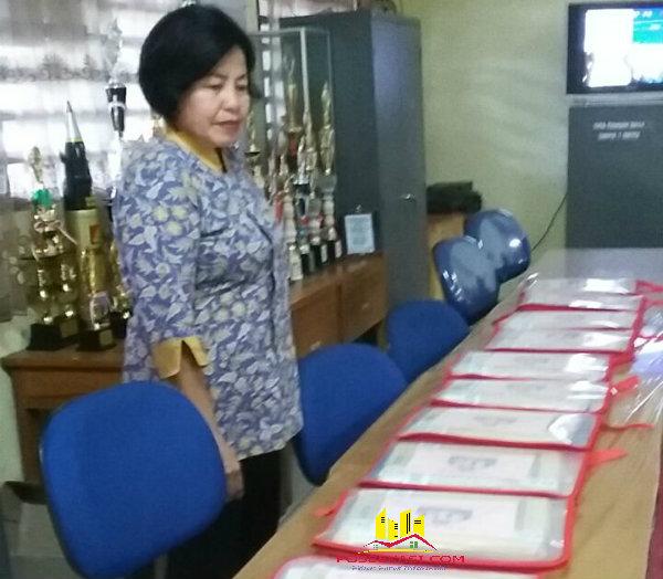 Kanit Binmas Setu Iptu Desy Yulhasri saat mengecek lembaran UN SMP yang akan dibagikan pada peserta ujian.[DLI]