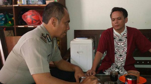 Kepala Seksi Umum Polsek Setu Aiptu Eko Pamungkas dan Aiptu Gigih PK melakukan pendataan kepada Kepala Sekolah MTsN Negeri Setu dan UPTD Ciledug Setu.[IDH]