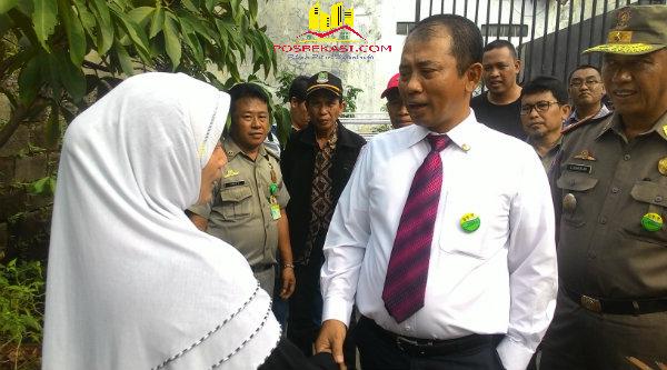 Walikota Bekasi, Rahmat Effendi saat menemui Yulia Rachmat, pemilik rumah yang terkurung merasa tidak mendapatkan keadilan.[IDH]