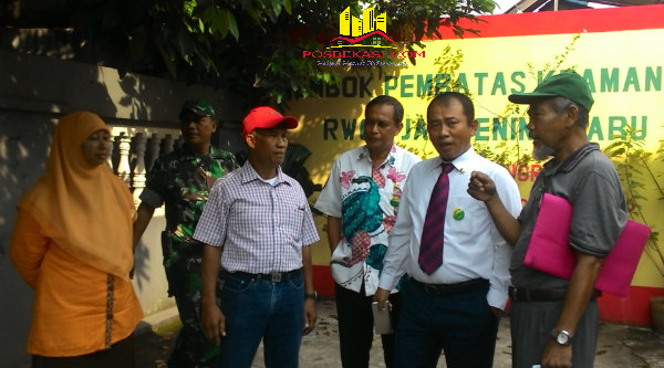 Walikota Bekasi, Rahmat Effendi bersama warga menyelesaikan tembok pembatas wilayah Kelurahan Jatibening Baru, Kecamatan Pondok Gede.[IDH]