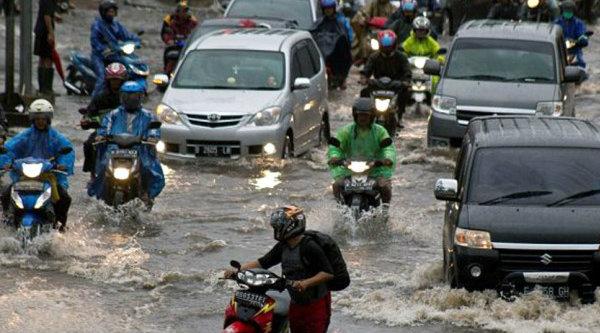 Banjir yang tumpah ke badn jalan mengakibatkan sejumlah kenderaan mogok.[DOK]