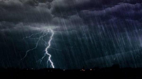 Hujan dan petir melanda wilayah Bekasi.[IST]