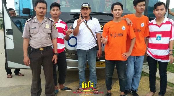 Binmaspol Desa Cijenglol Bripka Aspar dan Kanit Intelkam Aiptu Suroso, bersama The Jakmania Setu.[SOF]