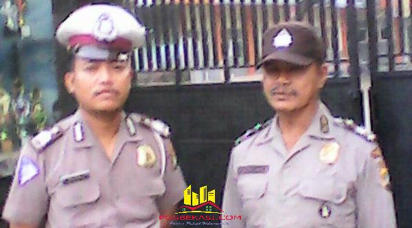 Dua anggota Polsek Setu, Aiptu Paimun dan Bripka Marsono yang mengawal pengambilan dan distribusi lembaran UN yang mulai diselenggarakan Senin (9/5/2016).[IDH]