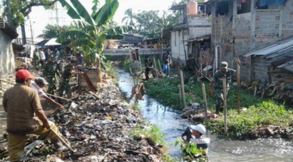 Sampah menumpuk di saluran dan kali sekitar pemukiman warga.[DOK]
