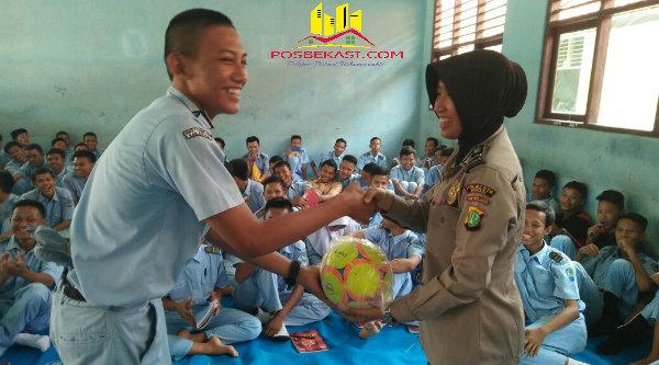 Pemberian bola voly sebagai simbolis kegiatan positif pada pelajar guna menjauhkan bahaya narkoba.[FER