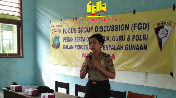 Satbinmas Polresta Bekasi Bripda Nurwinda memberikan penyuluhan bahaya narkoba pada ratusan pelajar dan guru di SMK 1 Tambelang.[FER]
