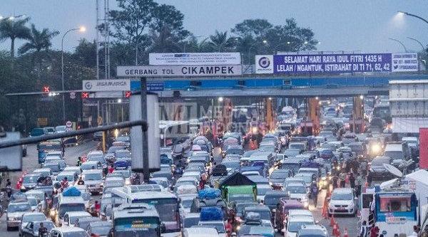 Kepadatan lalu lintas di Tol Cikampek.[DOK]