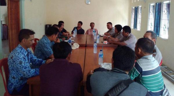 Musyawrah nomalisasi banjir antara warga dan pengembang perumahan tidak menemukan solusi.[YAN]