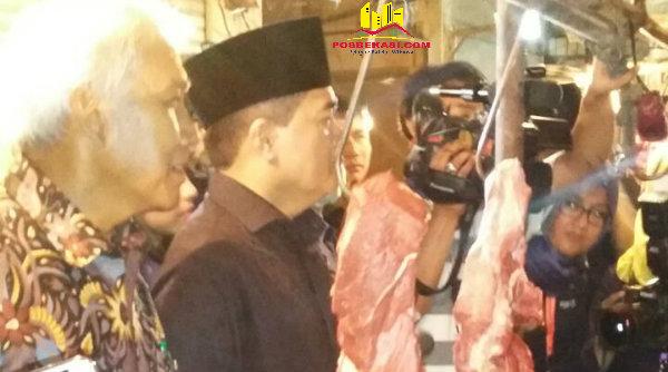 Ketua DPR RI Ade Komarudin dan rombongan saat meninjau harga daging di Pasar Tambun, Kabupaten Bekasi.[IDH]