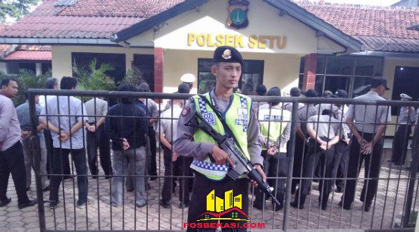 Bripka Wiwit Priyadi melakukan body sistem memegang senjata laras panjang untuk mengamankan Mako Polsek Setu.[IMA]
