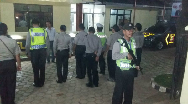 Kanit Reskrim Polsek Setu, Iptu Endang Gunawan saat memimpin apel malam untuk melepas patroli ke wilayah hukum Polsek Setu.[IDH]