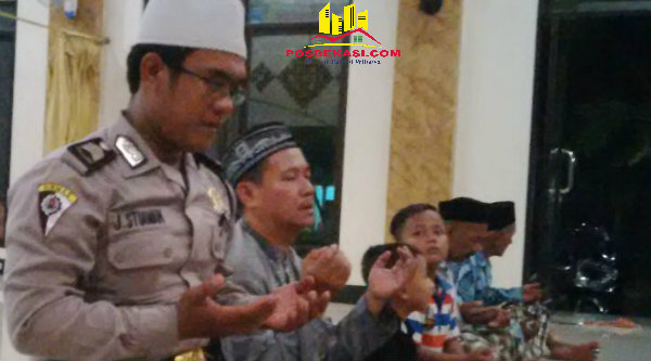 Bripka Jaka Setiawan bersama jamaah saat shalat taraweh di Masjid Jamie Nurul Hidayah, Kampung Rawa Atug, RT02/05, pada Sabtu (11/6/2016) malam.[HSB]