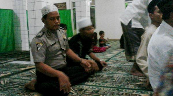 Binmaspol Desa Ragemanunggal, Bripka Ugi Handoko saat tarling di di Masjid Baitul Rohman, Kampung Sadang,Rabu (15/6/2016) malam.[IDH]