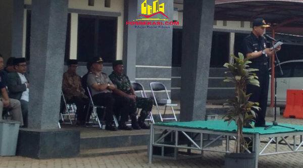 Camat Setu H Adeng Hudaya saat memimpin Apel Bersama Tiga Pilar membacakan amanat Kapolresta Bekasi Kombes Pol M Awal Chairudin.[RAD]