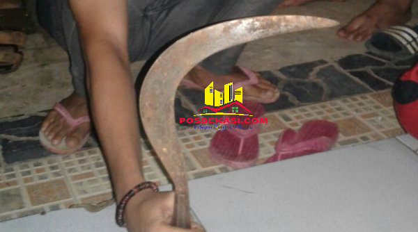 Clurit yang digunakan pelajar SMP Tambun saat tawuran.[IDH]